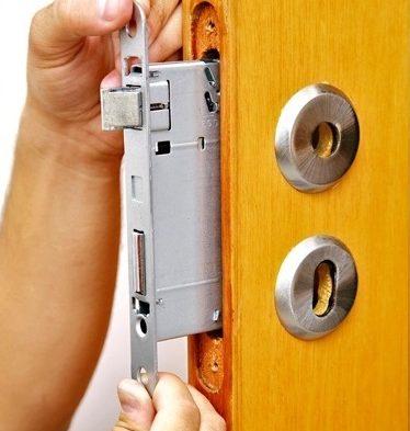 Como instalar uma fechadura de embutir