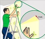 Inicio da instalação do papel de parede nas paredes