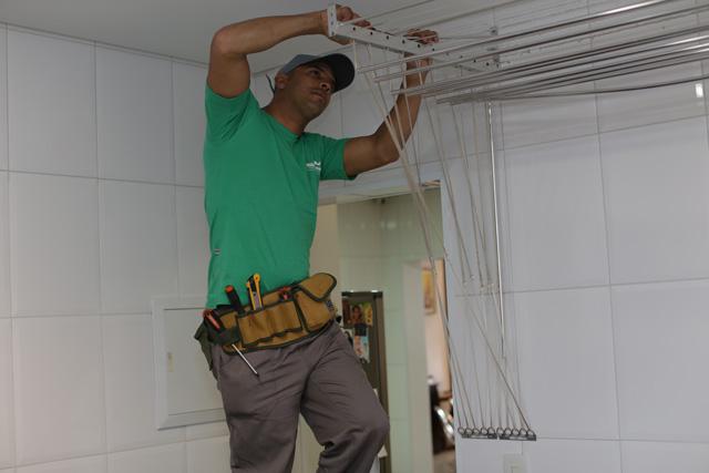 Instalação de um varal de teto