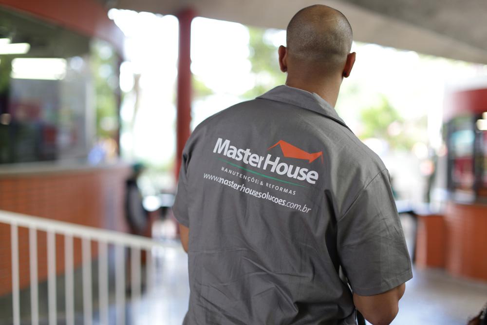 Orçamentista da Master House observando ambiente de trabalho