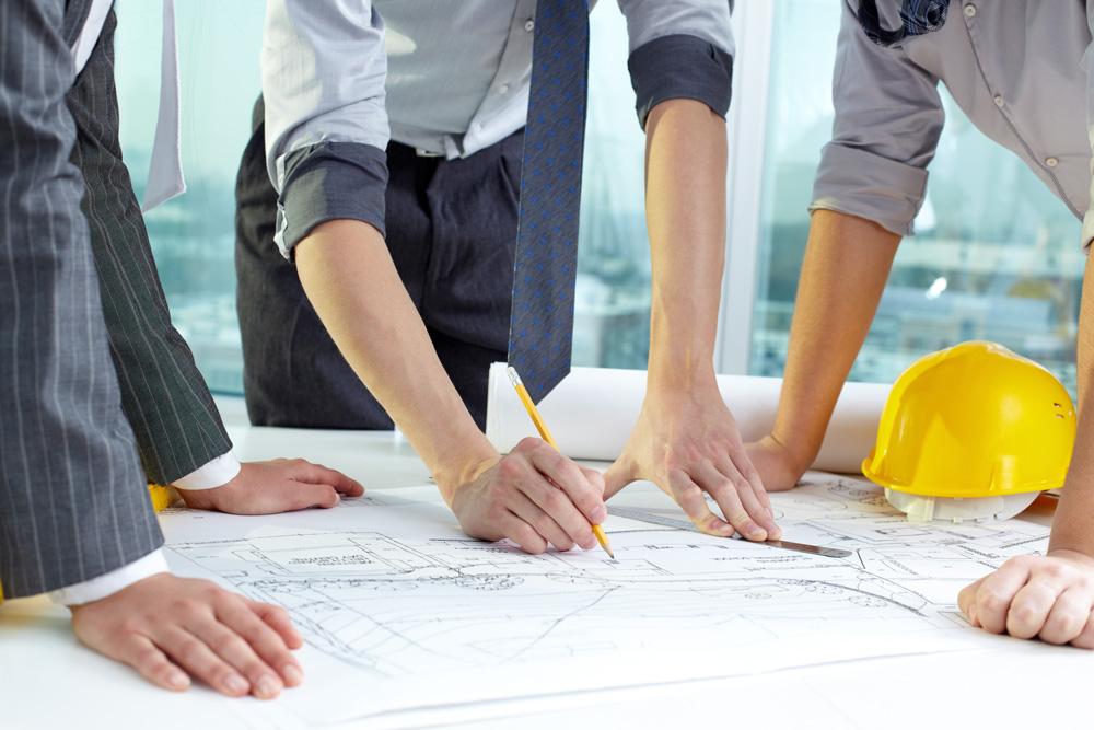 Profissionais realizando planejamento de uma reforma