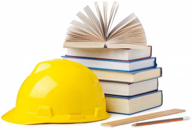 capacete e livros com normas NBR