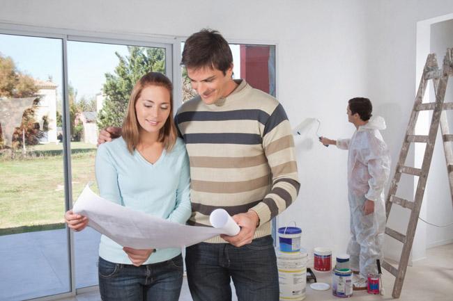 casal planejando a pintura da casa