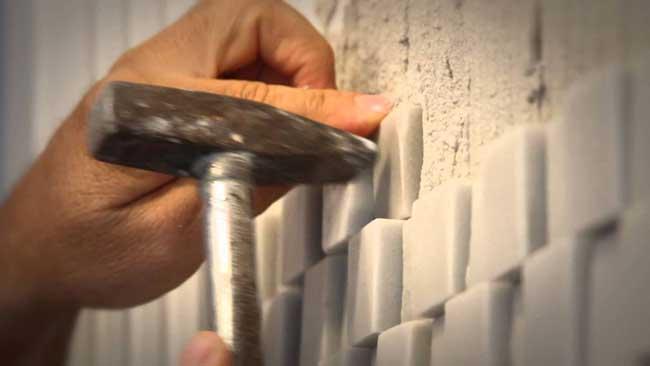 colocando pedras na parede