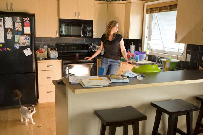 mulher na cozinha pensando