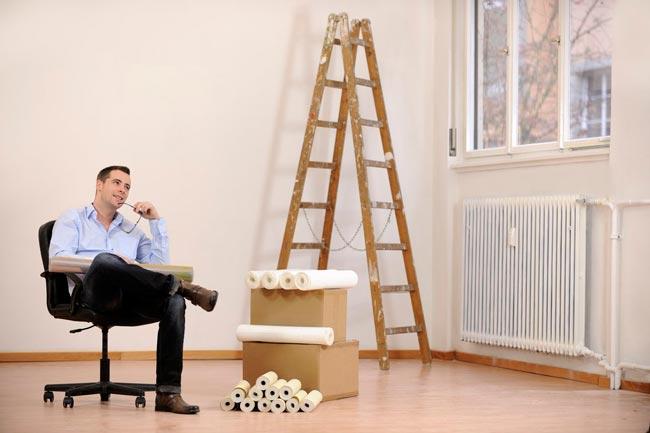 homem reformando apartamento