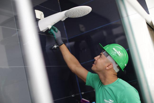 eletricista trocando resistência do chuveiro
