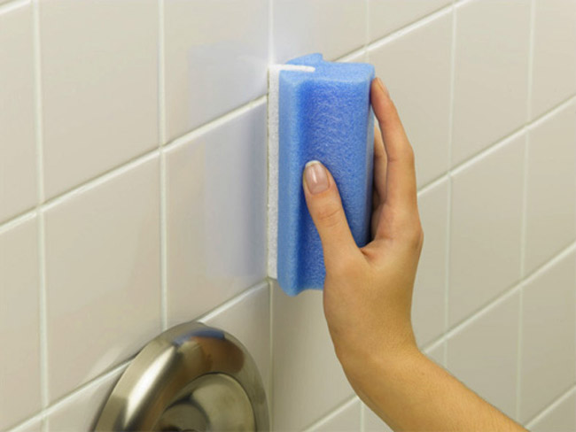 mão limpando azulejos