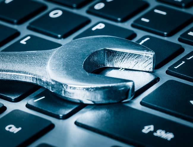 chave inglesa sobre teclado