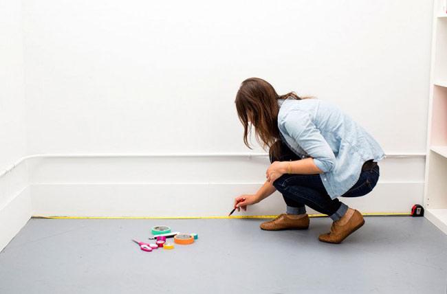 mulher medindo chão