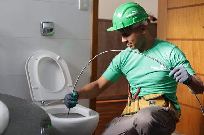 técnico desentupindo vaso sanitário