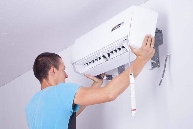 técnico fazendo manutenção de ar condicionado