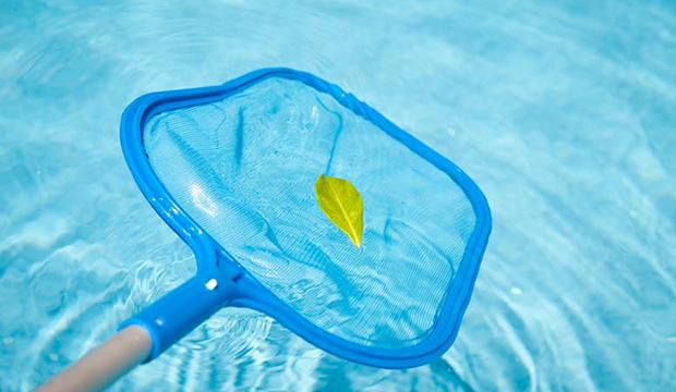 Fazer limpeza da piscina