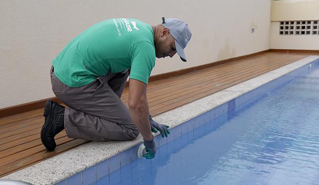 Como fazer a limpeza de piscinas