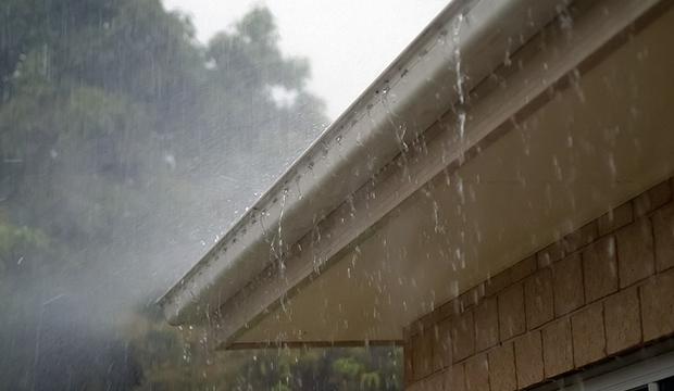 Limpeza de calhas evita bloqueio da água da chuva